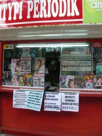 ติรานา, แอลเบเนีย: От будките за вестници можете да се обадите и по телефона.