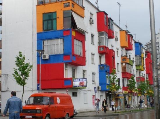 ติรานา, แอลเบเนีย: Всички стари блокове са освежени палаво.