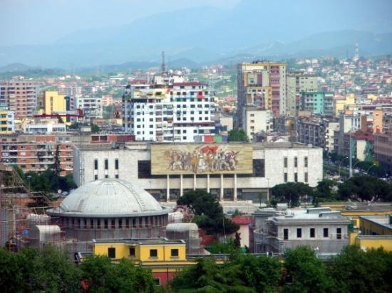 """ติรานา, แอลเบเนีย: Поглед към площад """"Скендербег"""" от Скай тауър, в центъра - Националният музей на културата."""