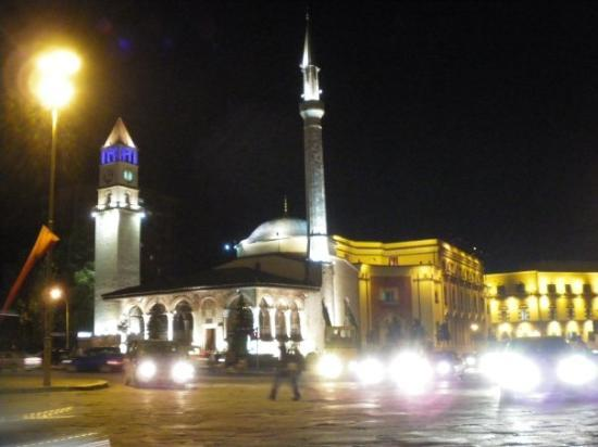 ติรานา, แอลเบเนีย: Познатият площад - нощем.