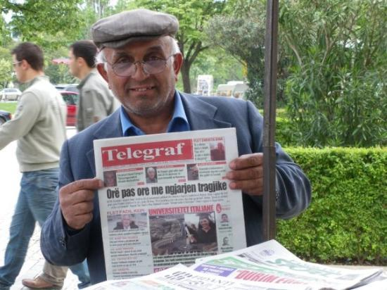 """ติรานา, แอลเบเนีย: """"Монитор"""" беше свършил, но по обяд още можеше да се купи """"Телеграф""""."""