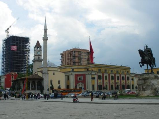 """ติรานา, แอลเบเนีย: Площад """"Скендербег"""""""