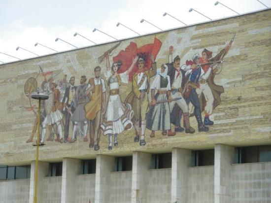 ติรานา, แอลเบเนีย: Соцреалистическото пано върху фасадата на Националния музей на културата.