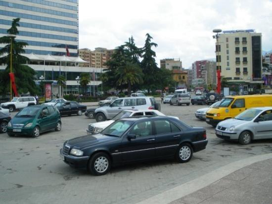 """ติรานา, แอลเบเนีย: Тези коли не са паркирали хаотично. Те се движат хаотично докато пресичат """"кръговото"""" на пл. """"Ск"""