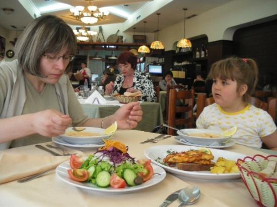 ติรานา, แอลเบเนีย: Ресторант с албанска кухня зад Операта.