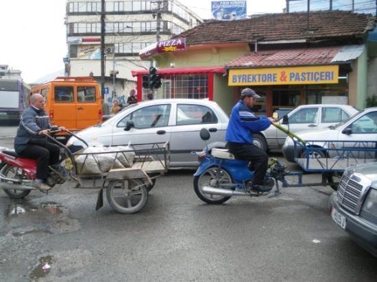 ติรานา, แอลเบเนีย: Рикши се връщат от пазара. Щракнах ги в центъра на Тирана пред блока докато отивам за банички и