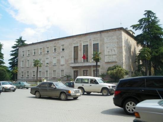 ติรานา, แอลเบเนีย: По булевард Дъшморит е комбат някога са дефилирали фашистите, а в по-ново време от това балконче