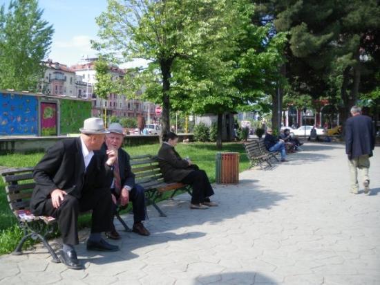 ติรานา, แอลเบเนีย: Повечето мъже са със сака.