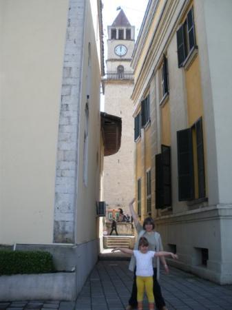 Clock Tower: Агата и Дорота под часовниковата кула.