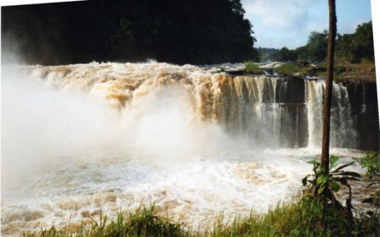 Franceville, กาบอง: chute d eau on ne dit rien  c beau