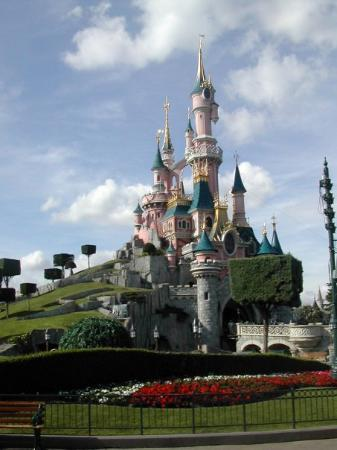 Marne-la-Vallee, ฝรั่งเศส: Disneyland Castle in all it's glory..