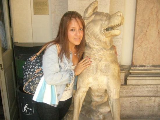 นครวาติกัน, อิตาลี: Con la Loba de Romulo y Remo. Musei Vaticani. Felice la ragazza con la bolsa LV !!!
