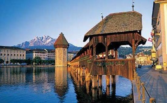 ลูเซิร์น, สวิตเซอร์แลนด์: Lucerna situada a los pies de magnífica montañas de más de tres mil metros y a orillas de un lag