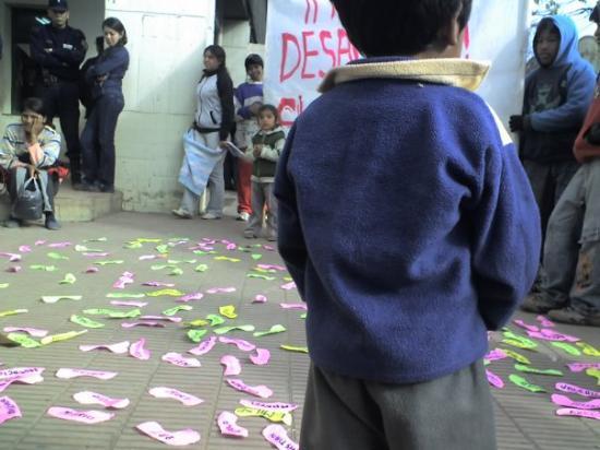 Oran, อาร์เจนตินา: Manifestación en tribunales en 2006 por el desalojo de un asentamiento donde había más de 1400 n