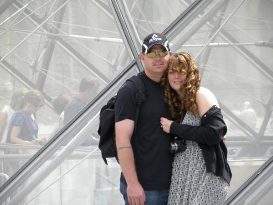 พิพิธภัณฑ์ลูฟวร์: here we are in front of the Louvre