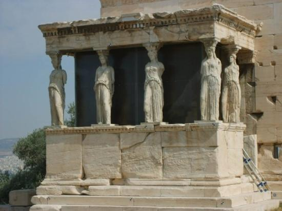 "อะโครโปลิส: The famous ""Porch of the Maidens""of the Erechtheum, with six draped female figures (caryatids) a"
