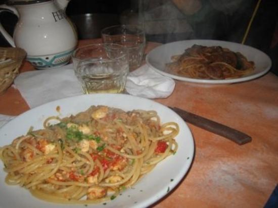 ปาแลร์โม, อิตาลี: uno spagnetto di filetti di pesce spada e melanzane