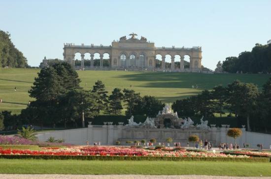 พระราชวังเชินบรุนน์: The arch of Maria Tereza in front of the Schonbrunn castle