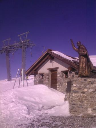 Montgenevre, ฝรั่งเศส: A church on top of a mountain..