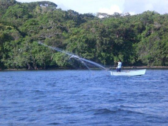 Veracruz, Mexico: Un pêcheur sur le lac de Catemaco