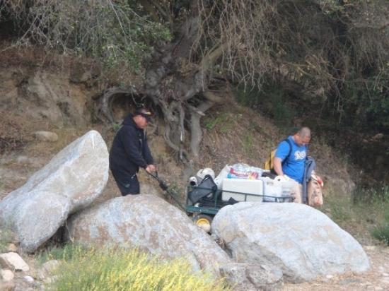 แซคราเมนโต, แคลิฟอร์เนีย: trying to get all the stuff down the hill. Was not eazy