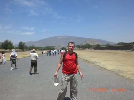 เม็กซิโกซิตี, เม็กซิโก: Calle de los muertos à Teotihuacan,il y afait trés chaud!!!!