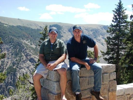 เรดลอดจ์, มอนแทนา: The road going up the Beartooth Mountains between Wyoming and Montana.