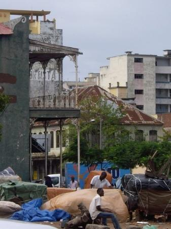 มาปูโต, โมซัมบิก: The rusting old victorian buildings amongst the squalor of the city