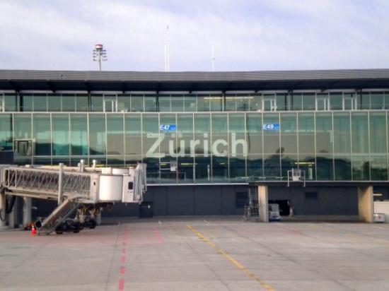 ซูริค, สวิตเซอร์แลนด์: EN EL PARADERO PORFAVORRRRR (lease tocando como el timbre xD)  Aeropuerto de Zurich, Suiza.
