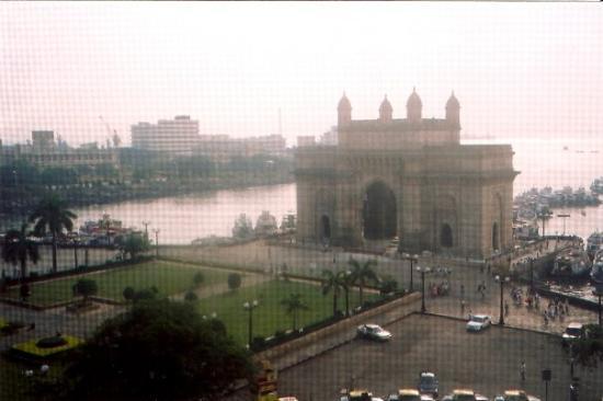 มุมไบ (บอมเบย์), อินเดีย: View of the Gateway to India from Taj Mahal hotel, Mumbai (Bombay), India, November 2004. The gr