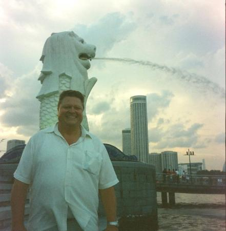 คลาร์กคีย์: Merlion (the thing behind me!) located in Singapore harbor,  is the iconic symbol of the City. I