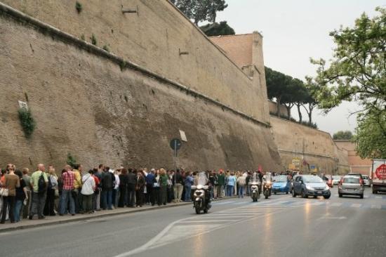 พิพิธภัณฑ์วาติกัน: In line outside the Vatican Museum