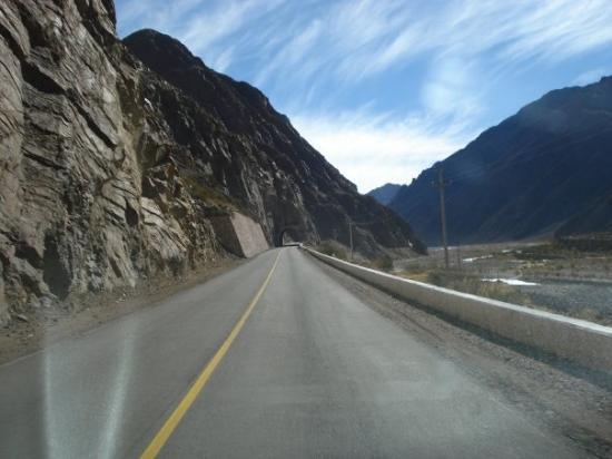 เมนโดซา, อาร์เจนตินา: Mendoza, Argentina tuneles en el camino internacional