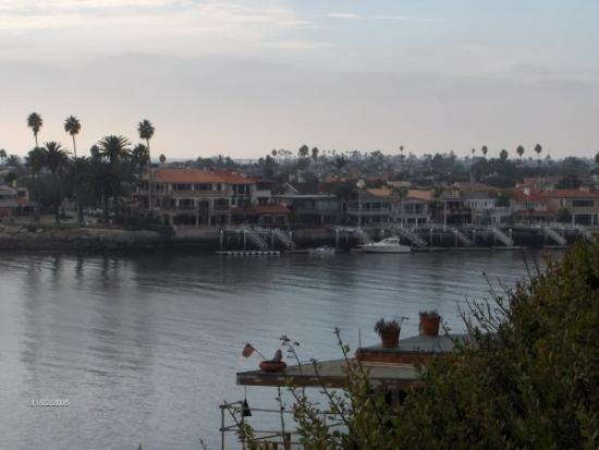 นิวพอร์ตบีช, แคลิฟอร์เนีย: The inlet to Newport Harbor (2005) from Corona del Mar