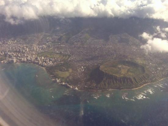 ไดมอนด์เฮด: I took this at 6K ft on my way to Maui for a business trip. This is THE Diamondhead Crater.
