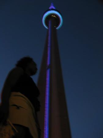 ซีเอ็นทาวเวอร์: trying to gramp on the CN tower in Toronto