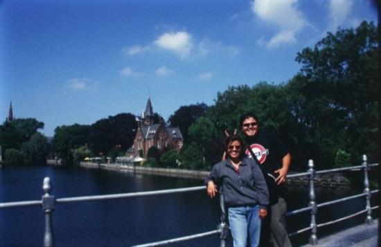 บรูจส์, เบลเยียม: Mi carnala y yo en los canales de Brugge, Belgica