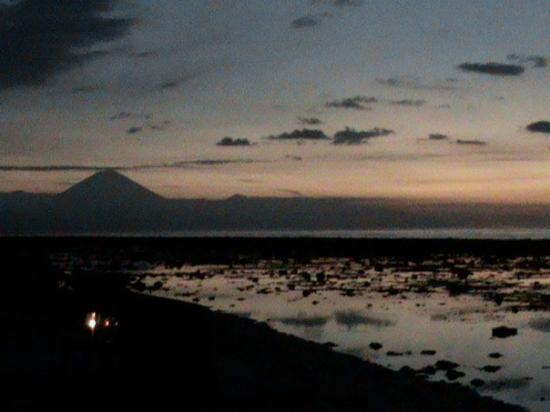 กีลีทราวางกาน, อินโดนีเซีย: Sunset at Gili with the volcano