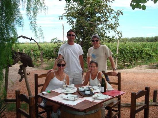 เมนโดซา, อาร์เจนตินา: the crew having a snack outside winery #2