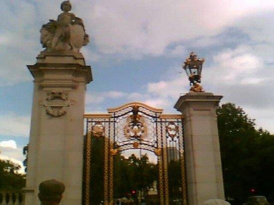 พระราชวังบักกิงแฮม: Buckingham Palace