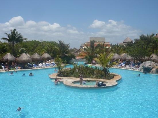 พลายาเดลคาร์เมน, เม็กซิโก: une des piscines de l'hôtel