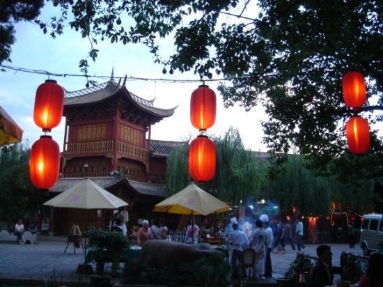 โรงแรมลี่เจียง หวังฟู: Evening time in the square outside the hotel.