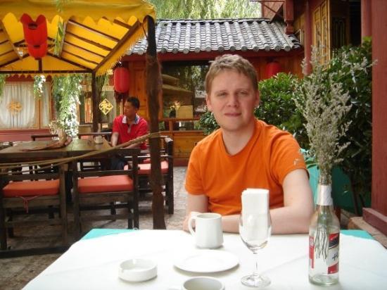 โรงแรมลี่เจียง หวังฟู: Getting free brunch outside our hotel in Lijiang.