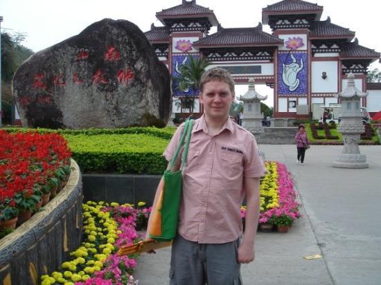 ซานย่า, จีน: Visiting a big Buddhist temple.