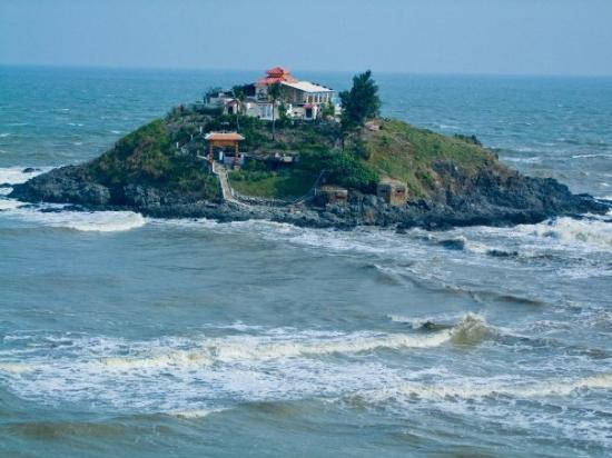 วุ้งเต่า, เวียดนาม: Chinese temple on island... only way across, walk during low tide...