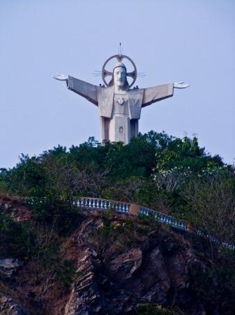 วุ้งเต่า, เวียดนาม: Statue of Christ on hill top, can you see 4 people standing on his shoulders?