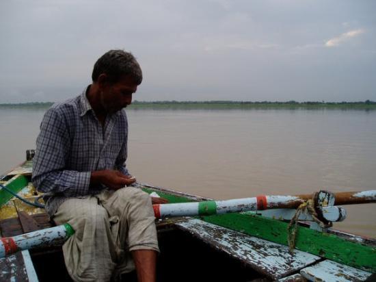พาราณสี, อินเดีย: Varanasi, barcaiolo sul Gange