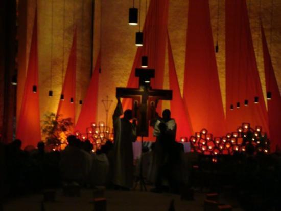 Taize, ฝรั่งเศส: Leandro todas las noches junto a otro hermano lleva la Cruz al centro de la iglesia para quien q