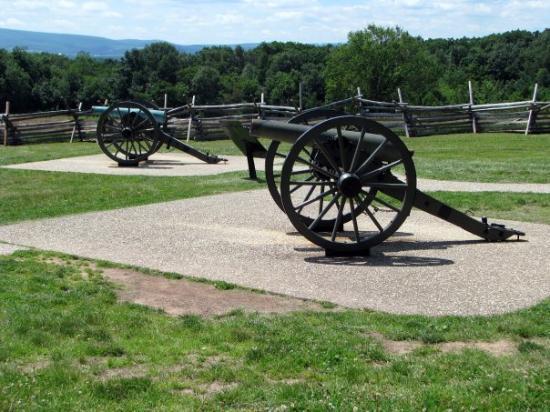 เก็ตตีสบูร์ก, เพนซิลเวเนีย: Cannons near the Peace Memorial