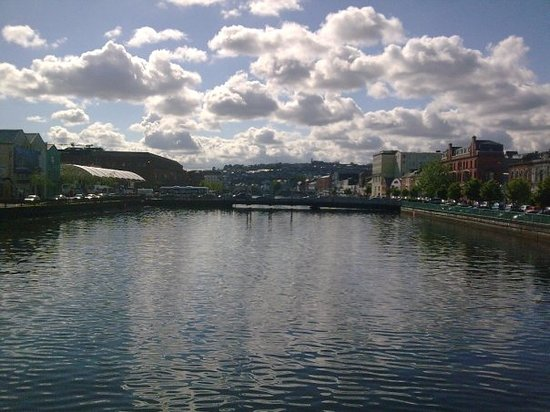 Cork, dal ponte in Main st. guarando verso le colline.